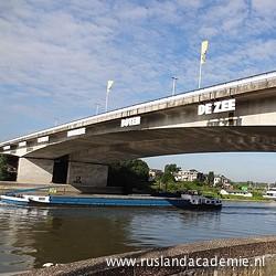 De Nelson Mandelabrug over de Rijn, vlak bij het pand van de Rusland & Oost-Europa Academie in Arnhem. / Foto: © 2013 Pompidom.