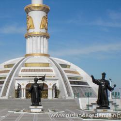 Monument van de Onafhankelijkheid, Ashgabat, Turkmenistan. / Foto: © Bruno Ghuijs.