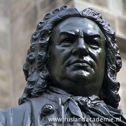 Carl Seffners standbeeld van J.S. Bach voor de Thomaskerk in Leipzig. / Foto: © 2010 Trijnie Duut.