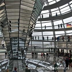 Binnen in de spectaculaire glazen koepel van de Reichstag. / Foto: © 2015 Trijnie Duut.