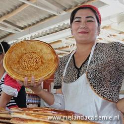 Oezbeekse vrouw met traditioneel, rond brood. / Foto: © 2014 Hendrikje Nouwens.