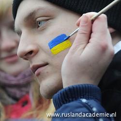 Voorstanders van aansluiting van de Oekraïne bij Europa schilderen de Oekraïense vlag op hun gezicht. / Kiev, 12 december 2013. / Foto: © Mstyslav Chernov/Unframe.