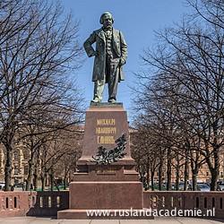 Standbeeld voor componist Michael Glinka in Sint-Petersburg, vlak bij het Mariinskitheater. / Foto: © Alex Florstein Fedorov, Wikimedia Commons.