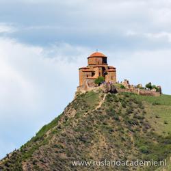 De ligging van het klooster van Jvari (Georgië) is spectaculair. / Foto: © Alexxx1979.