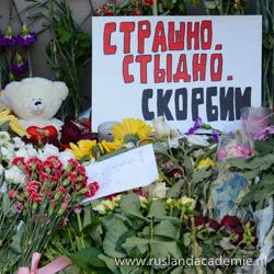 Bloemen en speelgoed bij de Nederlandse ambassade in Moskou voor de slachtoffers van de MH17. Op het Russische bord staat: 'We zijn geschokt. We zijn beschaamd. We rouwen.' / Foto: © Dhārmikatva.