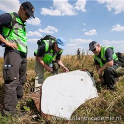 Nederlandse en Australische onderzoekers op de plek waar de MH17 is neergestort. / Foto: © Ministerie van Defensie.