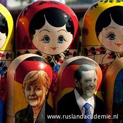 Moderne matroesjka's met o.m. Angela Merkel. / © Foto: Jac van Leijsen.