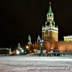 Een besneeuwde Alexandertuin bij de Moskouse Kremlinmuur.