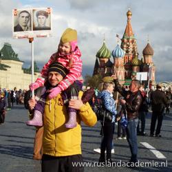 Man met kind tijdens de viering van 9 mei in Moskou. / Foto: © Jessica Brandsma.