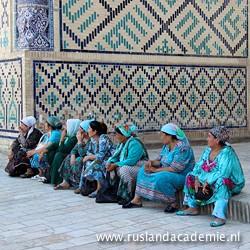 Oezbeekse vrouwen in prachtige aquamarijnkleurige kledij. / Foto: © 2014 Hendrikje Nouwens.