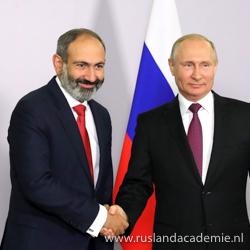 Premier Nikol Pasjinian van Armenië schudt de hand van de Russische president Vladimir Poetin in Sotsji, 14 mei 2018. / Foto: © www.kremlin.ru.
