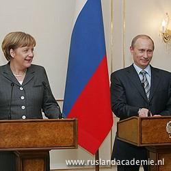 Angela Merkel en Vladimir Poetin beantwoorden vragen van de pers, 8 maart 2008 / Foto: © www.kremlin.ru.