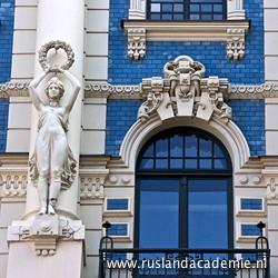 Strelniekustraat 4, in Riga (Letland), een hemelsblauw art-nouveaupand ontworpen door Michail Eisenstein. / Foto: © 2014 Trijnie Duut.