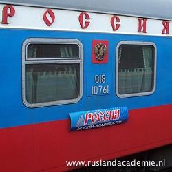 De Rossijatrein op de Trans-Siberië Expres is geschilderd in de kleuren van de Russische vlag.