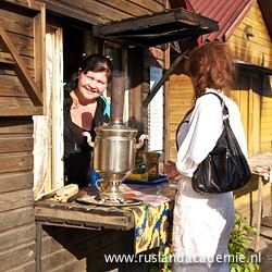 Een kopje thee bij een typisch Russisch theehuisje langs de weg van Moskou naar Novgorod. / Foto: © 2016 Trijnie Duut.