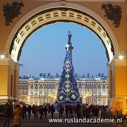 Reusachtige kerstboom op het plein voor de Hermitage. / Foto: © 2015 Doreen Elsevier.