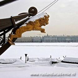 Een dichtgevroren Neva in Sint-Petersburg met op de achtergrond het Hermitage Museum.