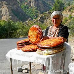 Vrouw verkoopt Armeens suikerbrood bij het Geghard-klooster, Armenië. / Foto: © Rita Willaert from 9890 Gavere, Belgium.